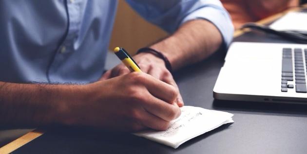 Budget étudiant économies papier crayon
